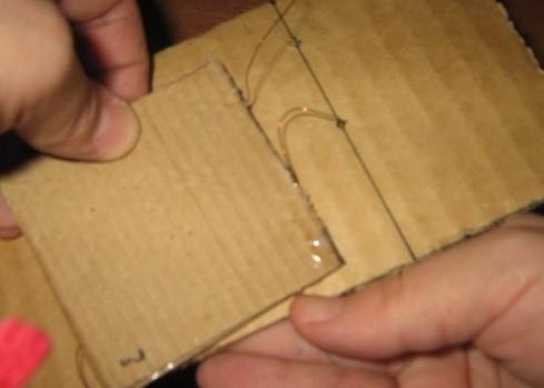 Provoloka-propuskaetsya-v-otverstiya Шкаф для куклы своими руками из коробки и картона
