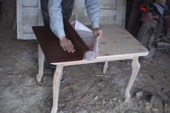 Равномерно клеим пленку на мебель