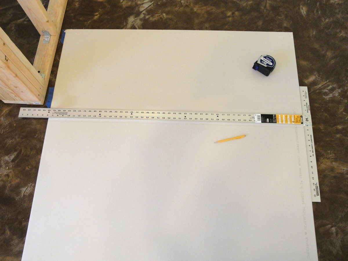 Разметка листа гипсокартона с помощью рейсшины