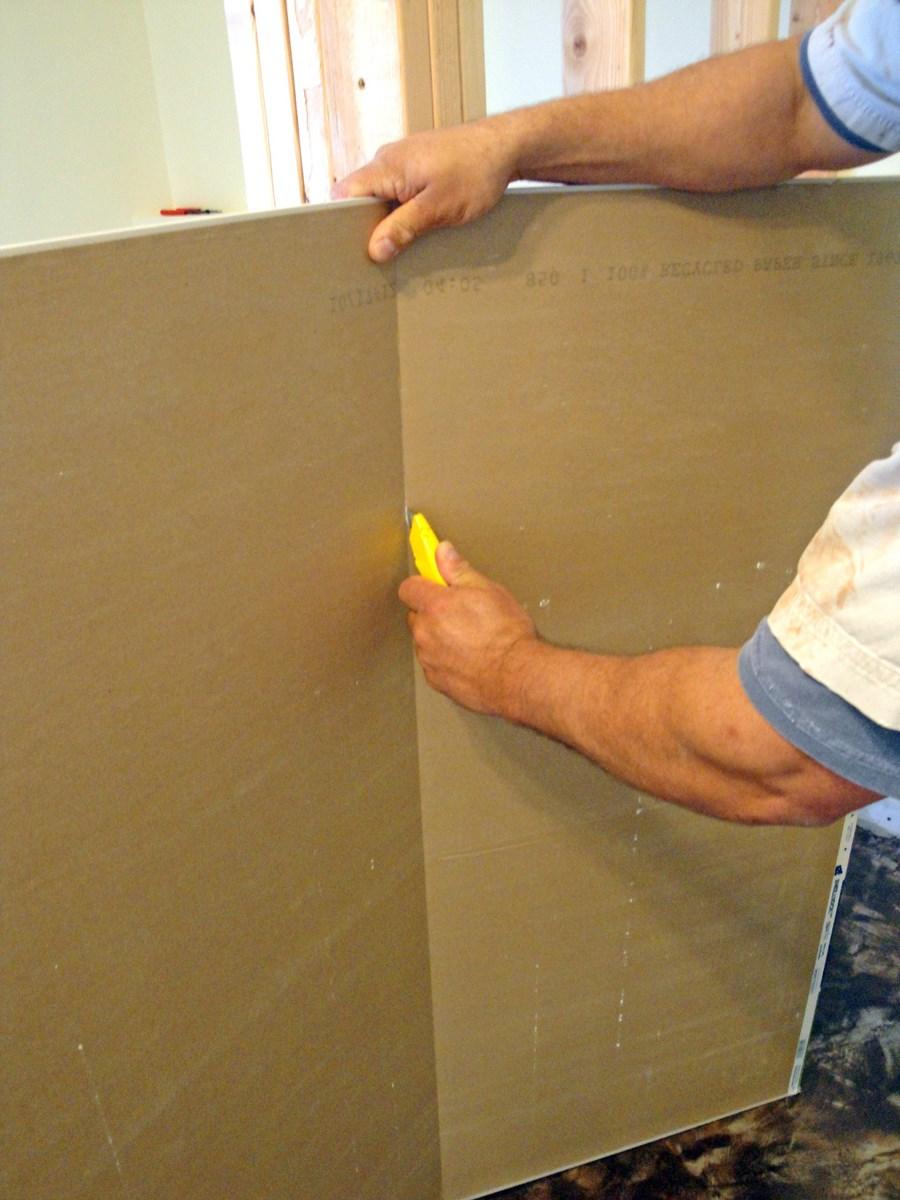Разрез ножом бумаги с изнанки панели