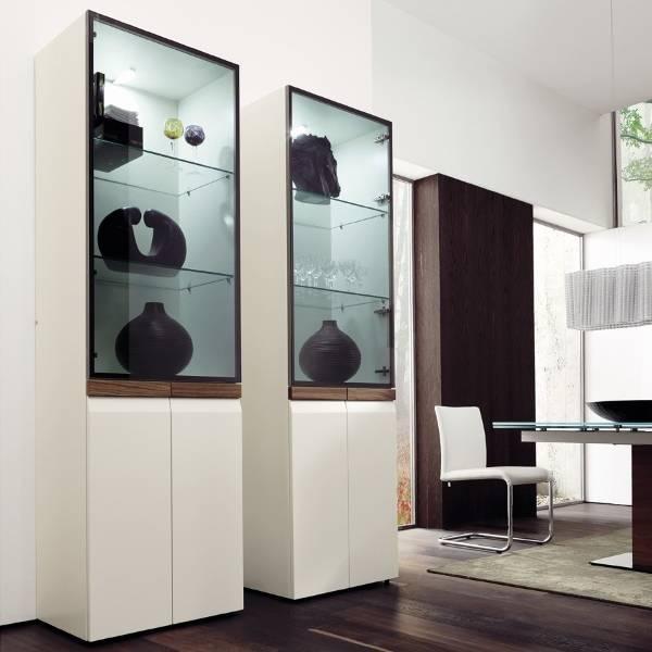 Шикарный современный шкаф витрина белый в интерьере