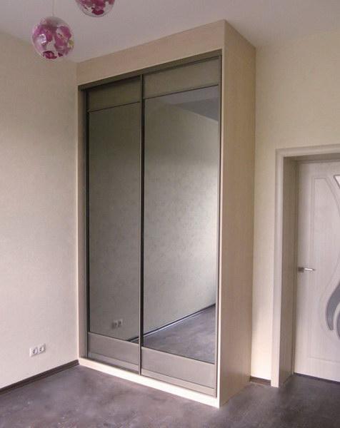 Шкаф купе с зеркальными дверцами