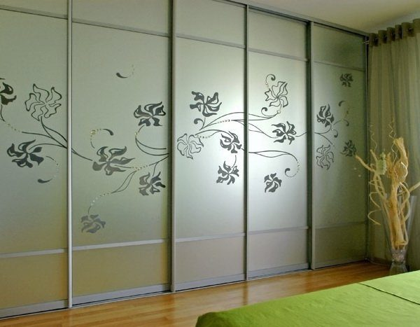 Шкаф с прозрачным рисунком