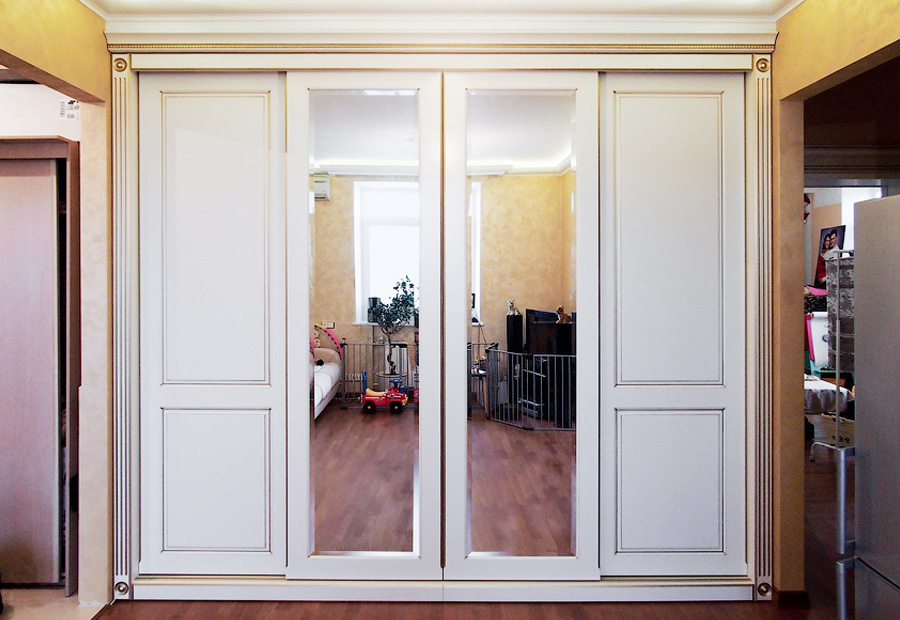 Шкаф с зеркальными вставками