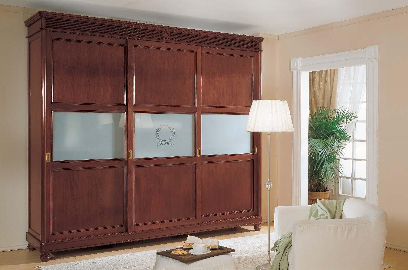Шкаф со стеклянными вставками