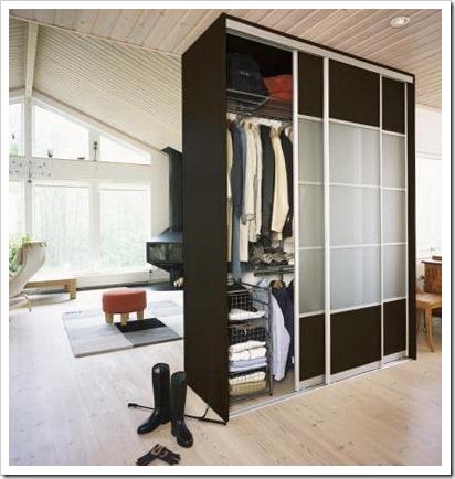 Шкаф в центре комнаты