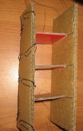 Smazyvaem-kleem-pristavlyaem-2b-i-snova-ispolzuem-press Шкаф для куклы своими руками из коробки и картона