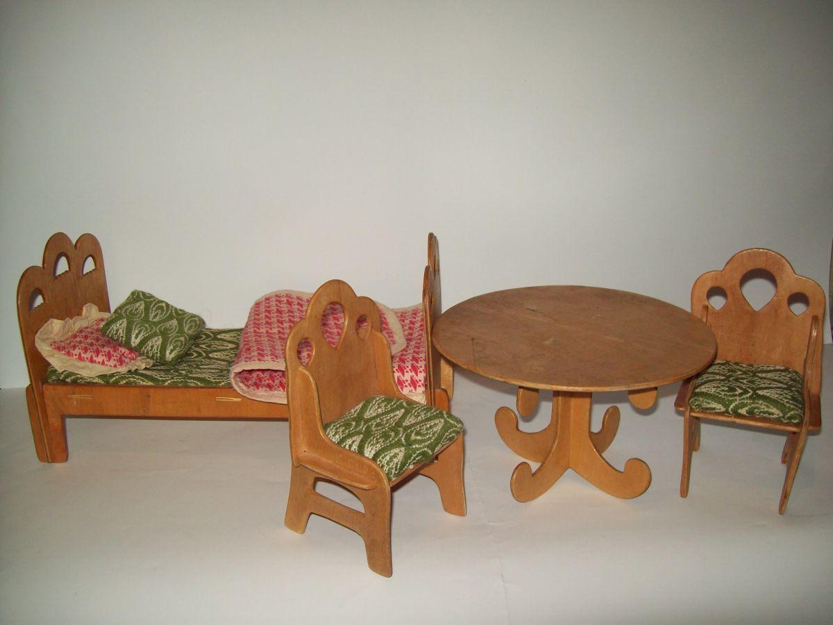 Старая мебель для игр ребенка