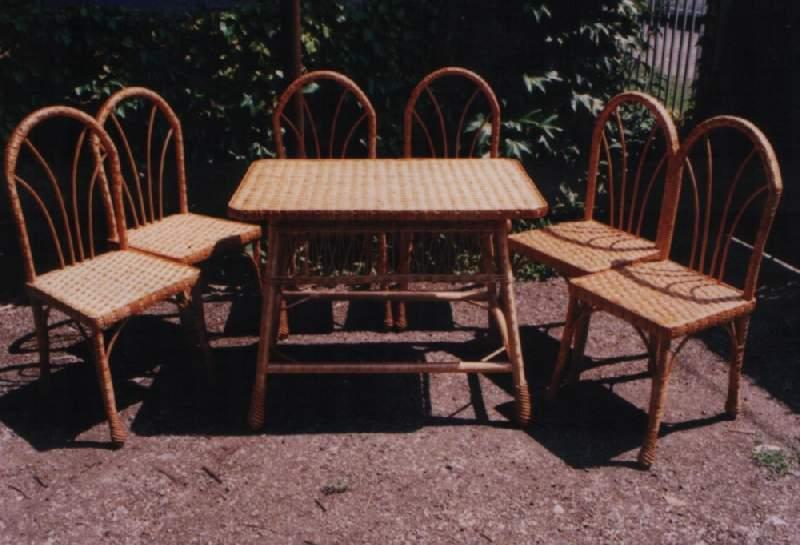 Стол и стулья из мебели
