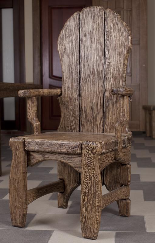 Стул с подлокотниками из дерева