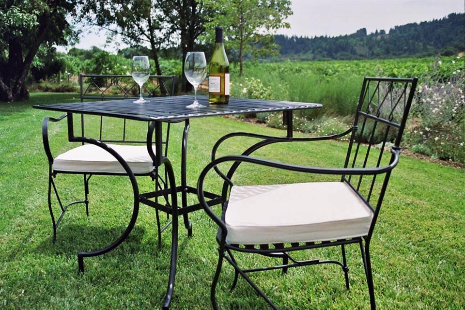 Стулья и стол для частного дома