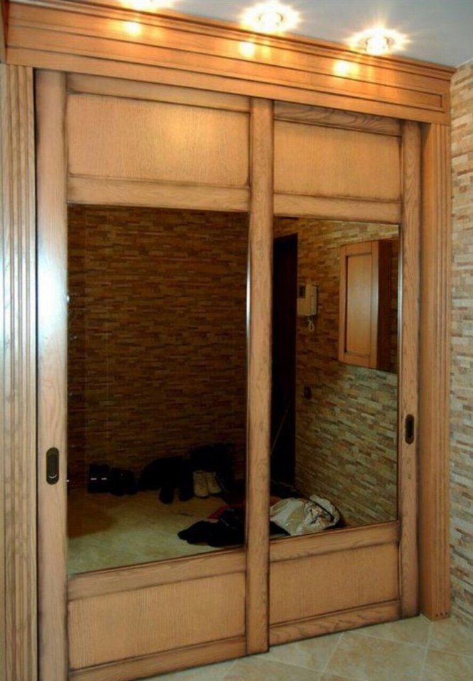Светлый деревянный шкаф