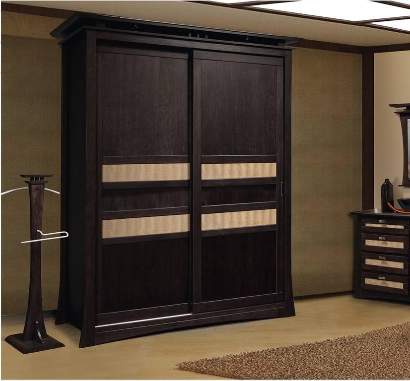 Темный деревянный шкаф