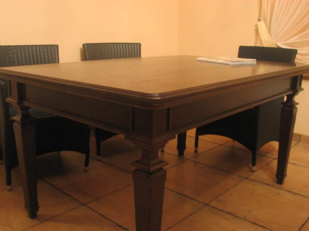 Темный стол для обеденной зоны