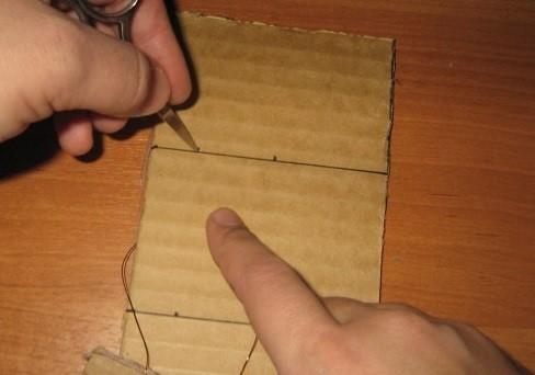 Tonkimi-nozhnitsami-ili-tolstoj-igolkoj-delaem-otverstiya-na-dannyh-pometkah Шкаф для куклы своими руками из коробки и картона