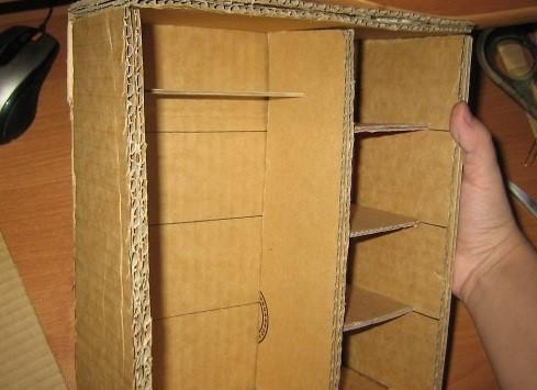 Tortsy-stenok-i-polok-smazyvaem-kleem-prikladyvaem-detal-6a-propuskaya-provoloki-cherez-otverstiya-zavyazyvaem-ih-s-obratnoj-storony-kleim-sverhu-element-6b Шкаф для куклы своими руками из коробки и картона