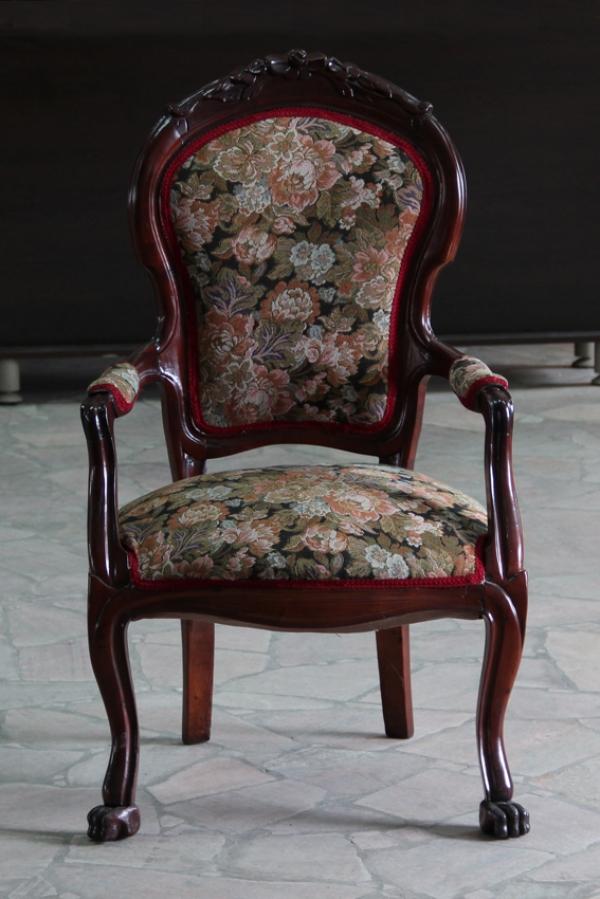 Удобное кресло для прихожей