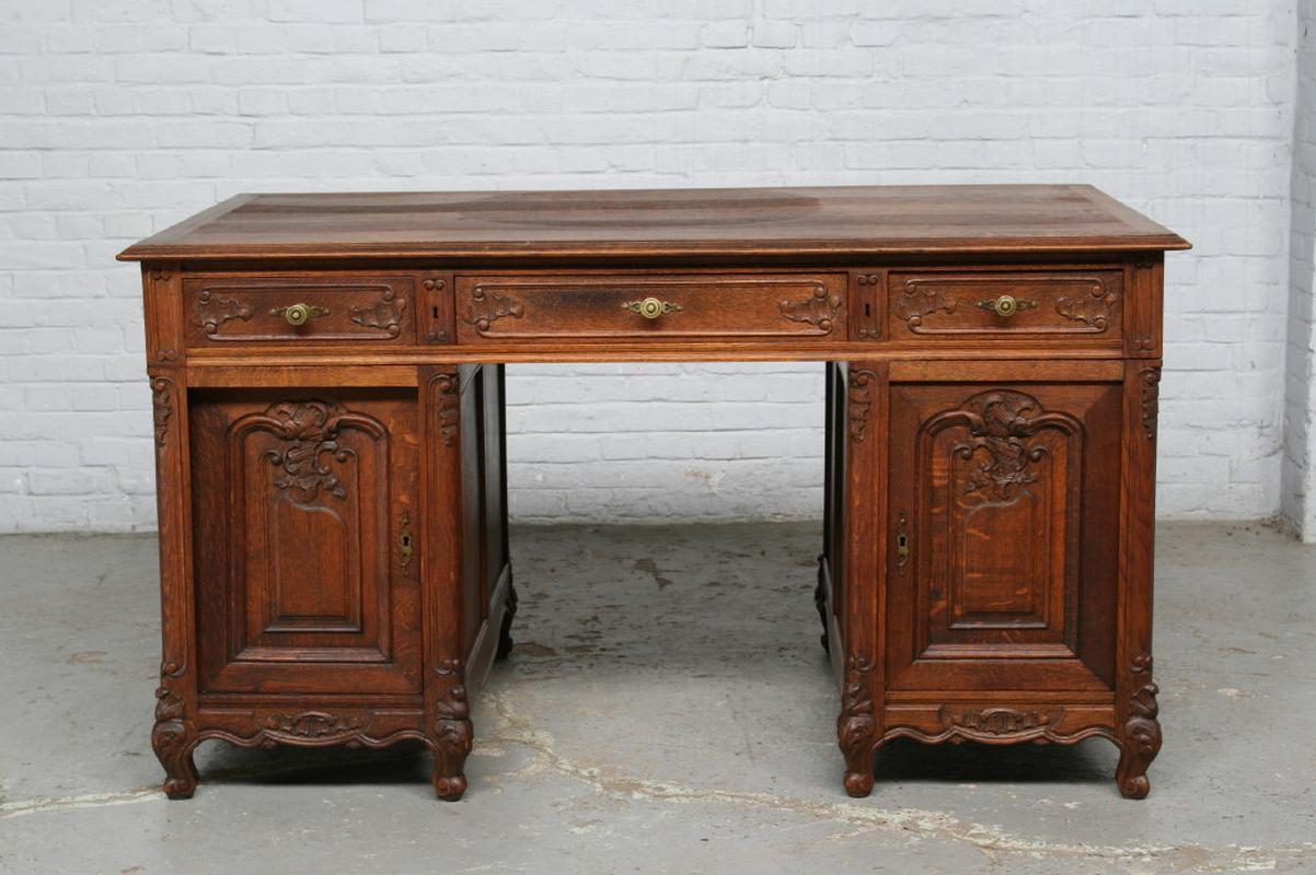 Удобный стол для кабинета
