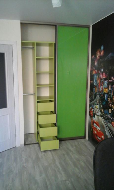 Узкий шкаф с зеленым фасадом