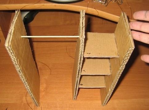 V-detali-chetyre-delaem-takoe-zhe-otverstie-naprotiv-i-vstavlyaem-v-nih-dvenadtsati-santimetrovuyu-shashlychnuyu-palochku Шкаф для куклы своими руками из коробки и картона