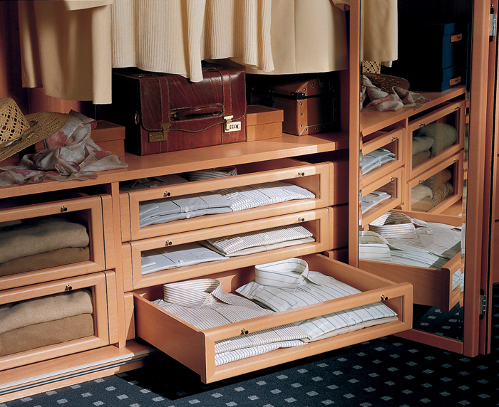 Выдвижные ящики в шкафу