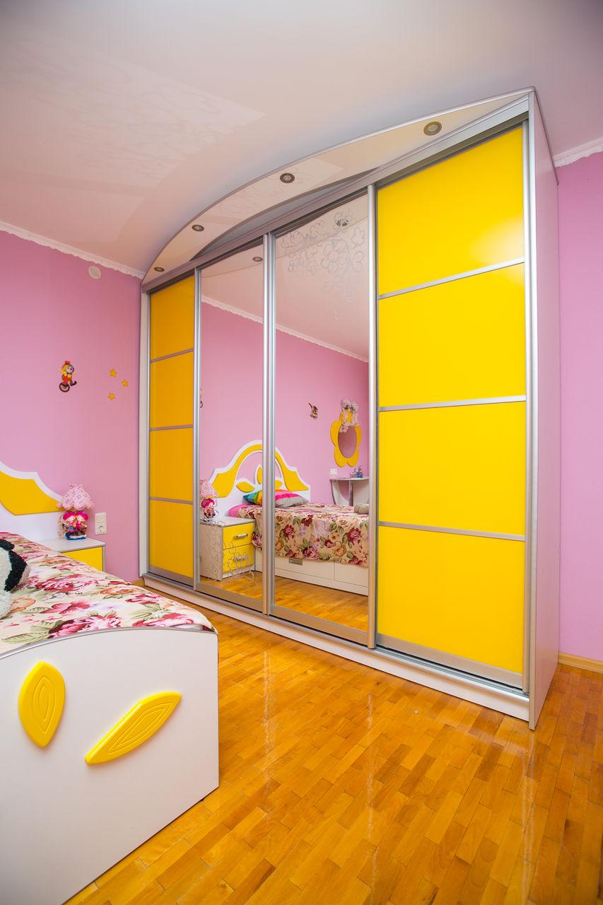 Желтый шкаф