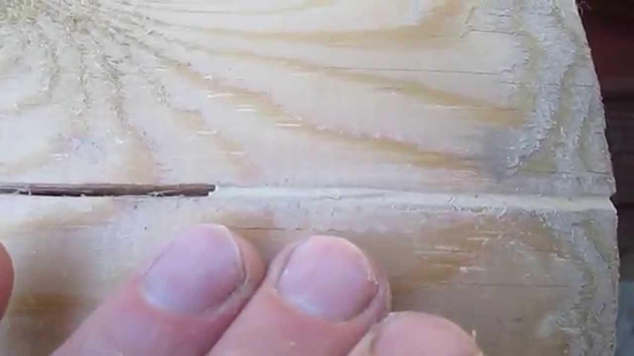 Заполняем трещину на мебели ПВА клеем