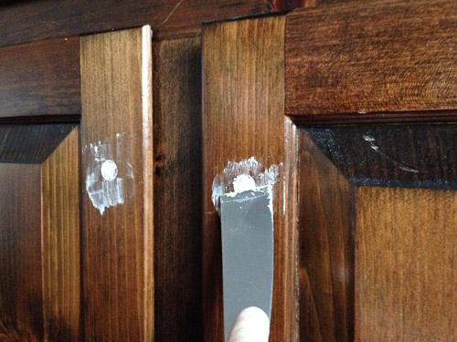 Затираем сколы и трещины на мебельной стенке