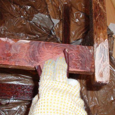 Затираем старую краску на мебели