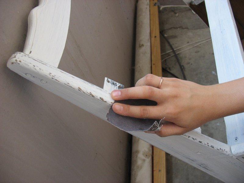 Затирание наждачкой некоторых частей мебели