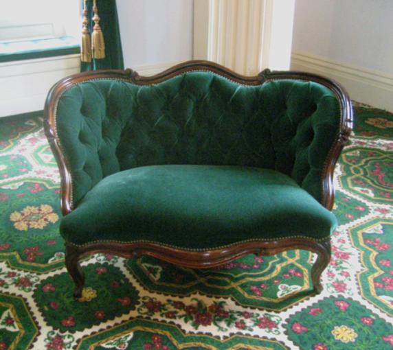 Зеленый небольшой диван