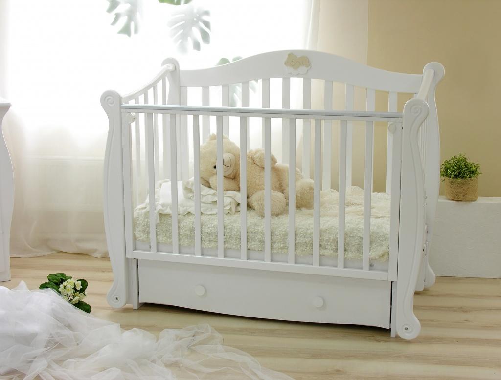 Белая кроватка для ребенка