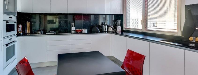 Белая кухня П-формы