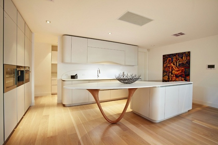 Белая светлая кухня в стиле минимализм