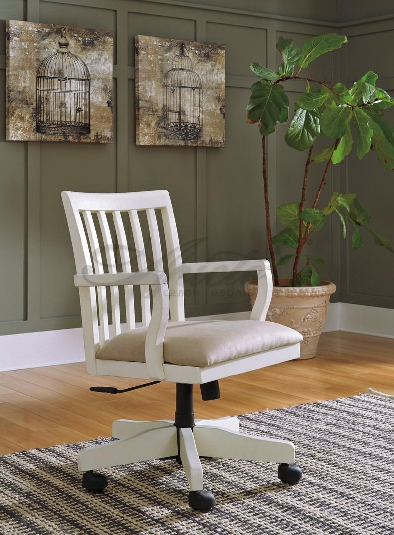 Белое кресло на колесиках