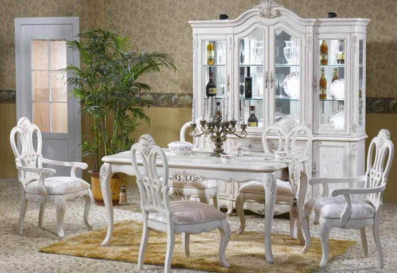 Белоснежные предметы мебели для обеденной зоны