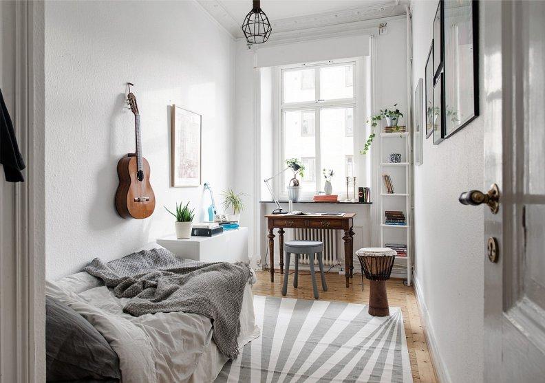 Белые тона небольшой спальни