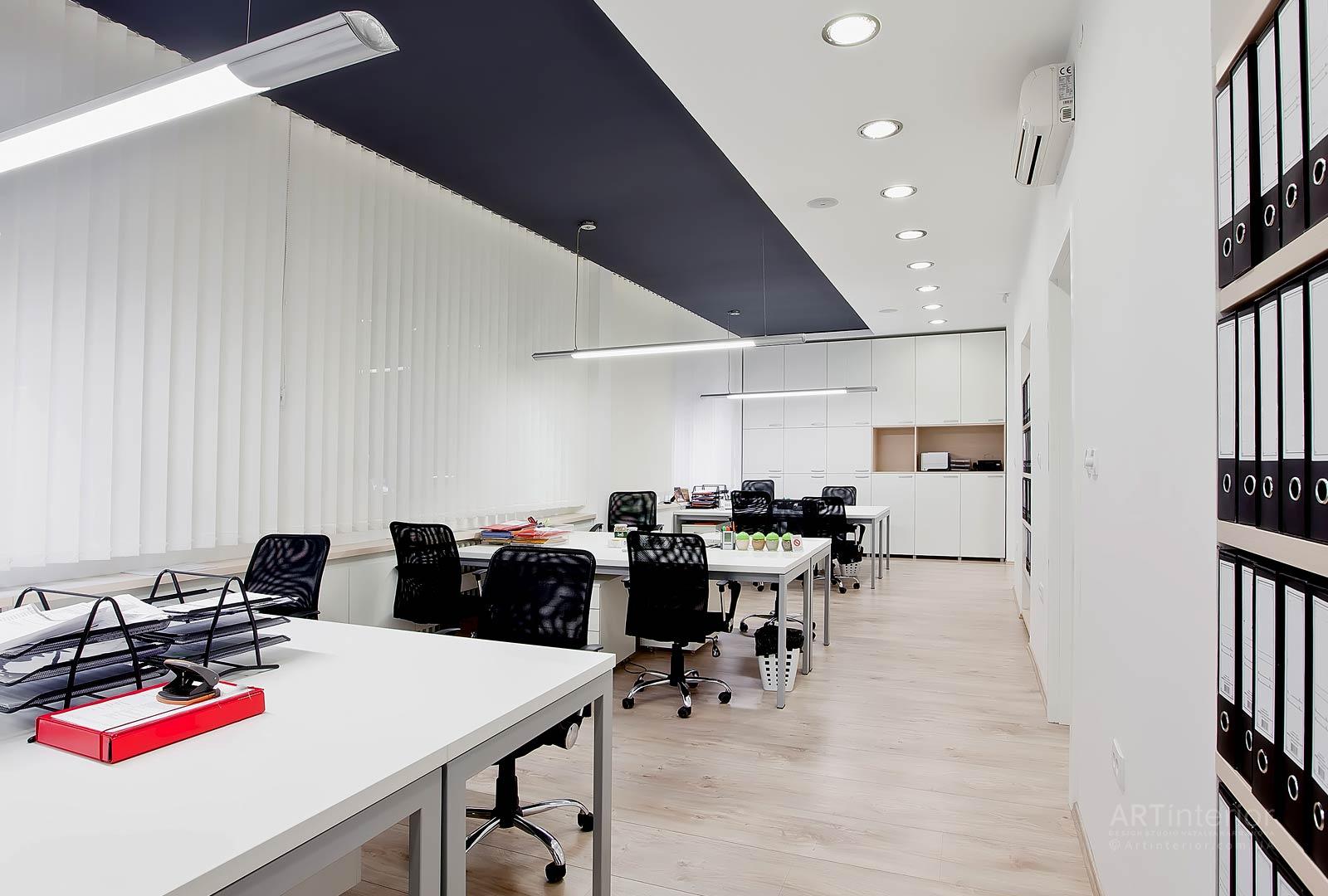 Белые тона в оформлении просторной комнаты