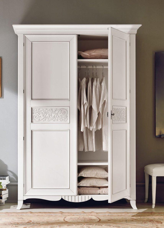Белый красивый шкаф