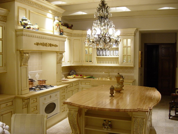Белый кухонный гарнитур с оригинальным дизайном