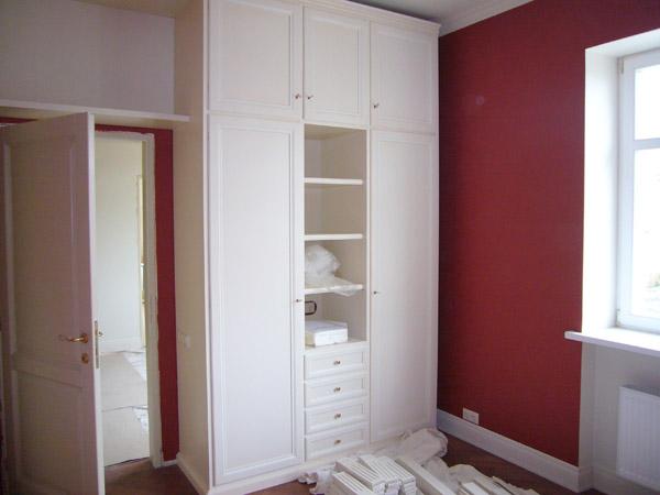 Белый распашной шкаф с антресолью