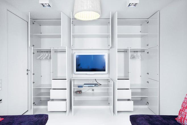 Белый шкаф с красивым дизайном