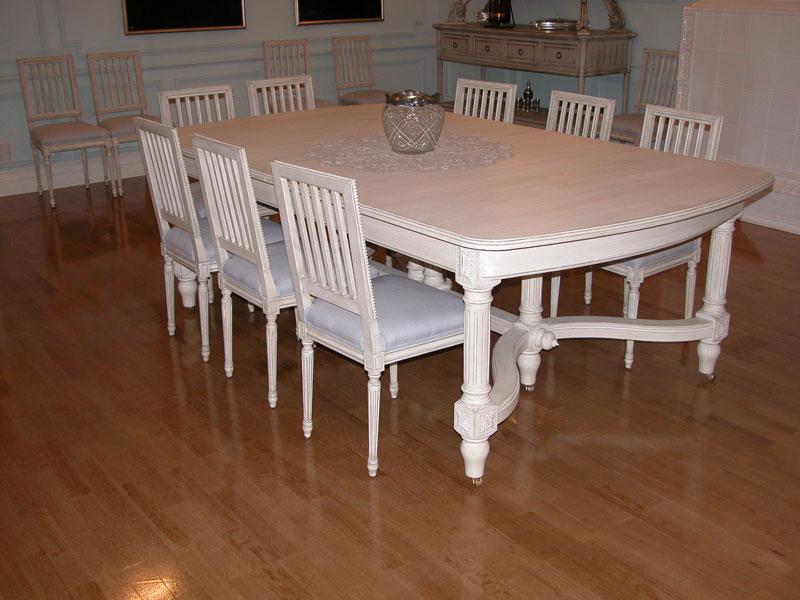 Белый стол для большой семьи
