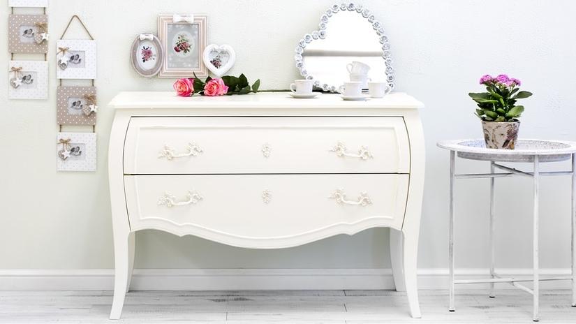 Белый столик на ножках