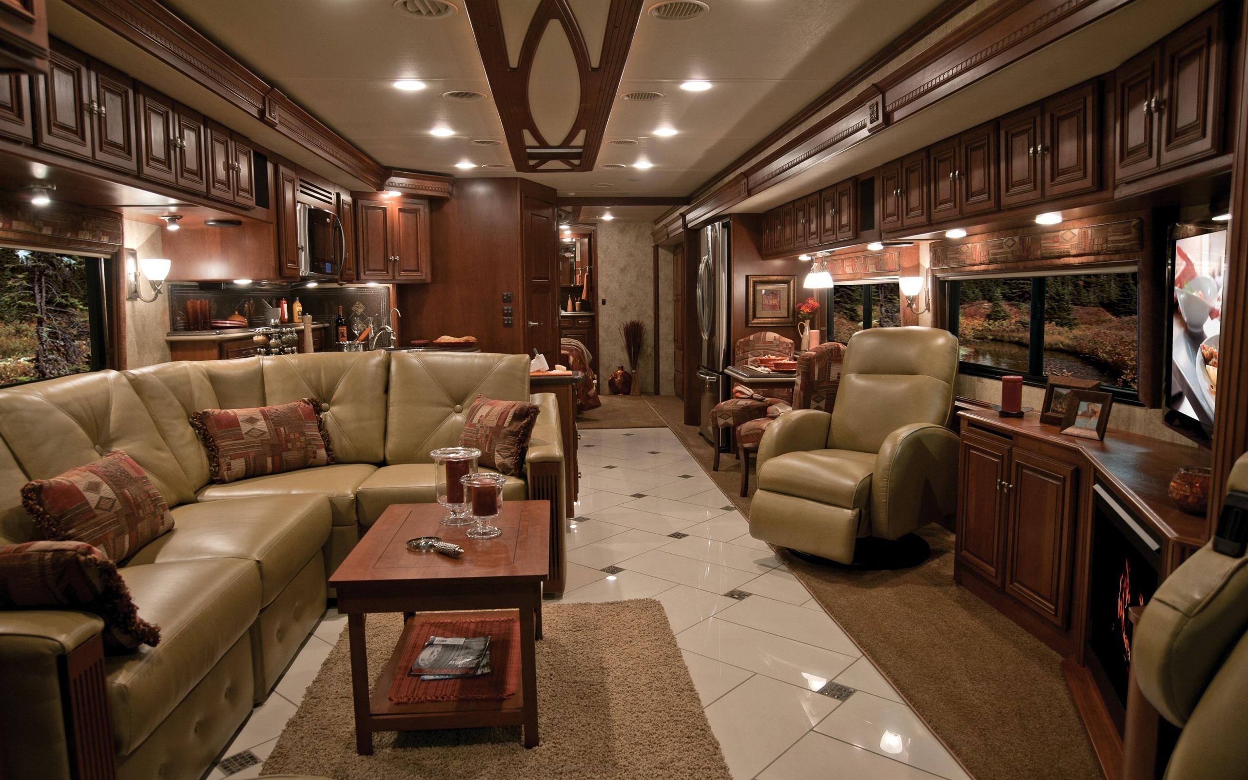 Большая комната с кожаным диваном