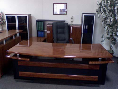 Большой глянцевый стол для работы дома