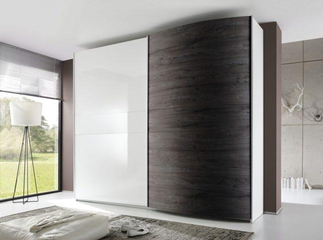 Черно-белый шкаф-купе в современном стиле