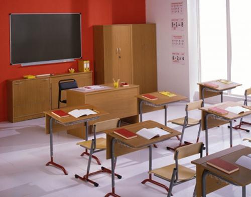 Деревянные столы и стулья