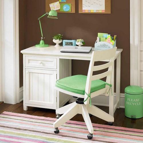 Деревянный стол белого цвета