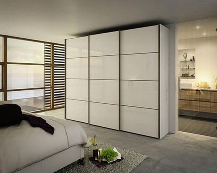 Если комната небольшая, то за счет глянцевого или матового лакового покрытия будет создаваться объем
